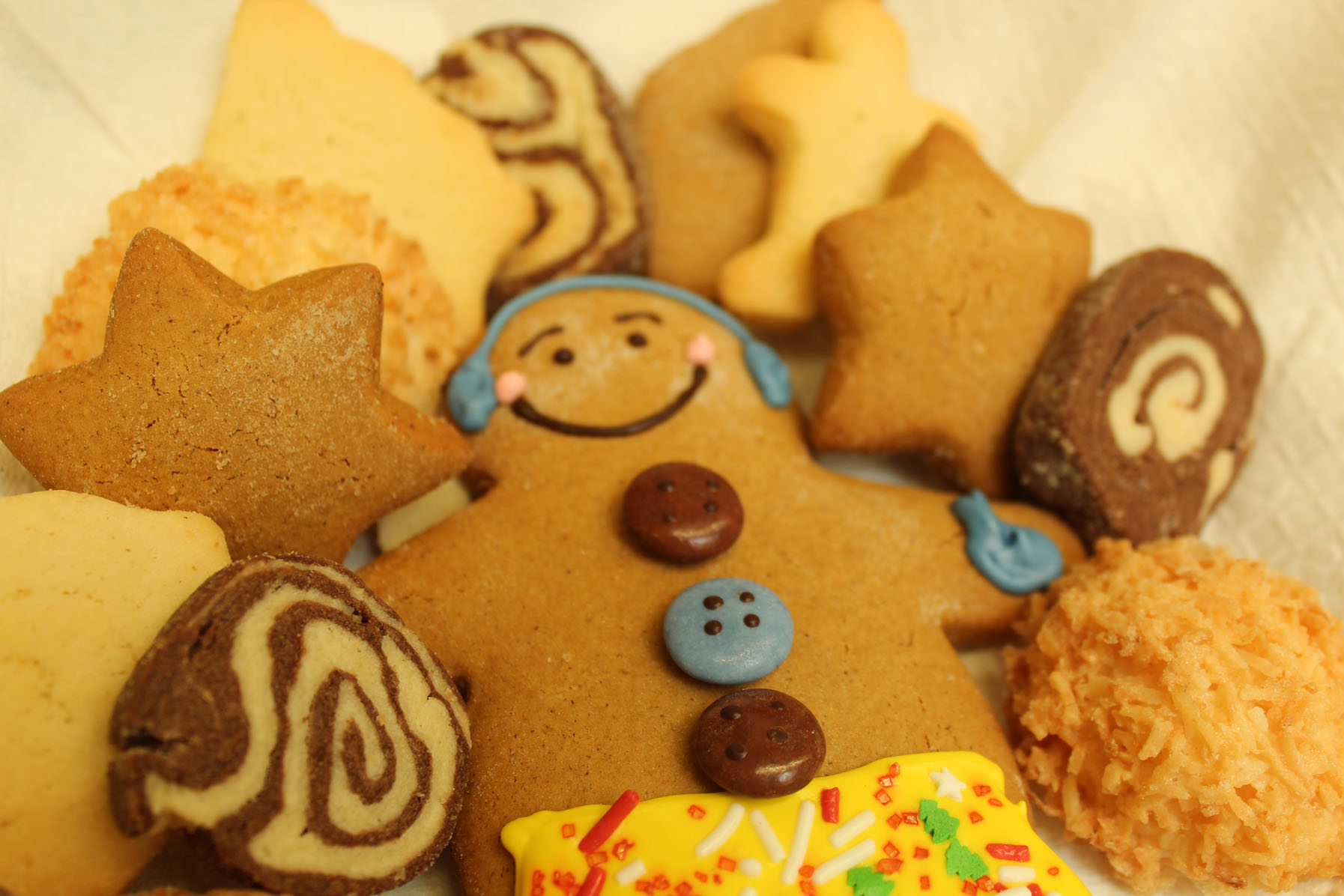 Holiday Cookies  $6.00 per doz / $27 small / $ 65.00 large  Large Gingerbread Cookies (Gingerbread man) $4.5 [Photo courtesy: Kaori Fujishima]