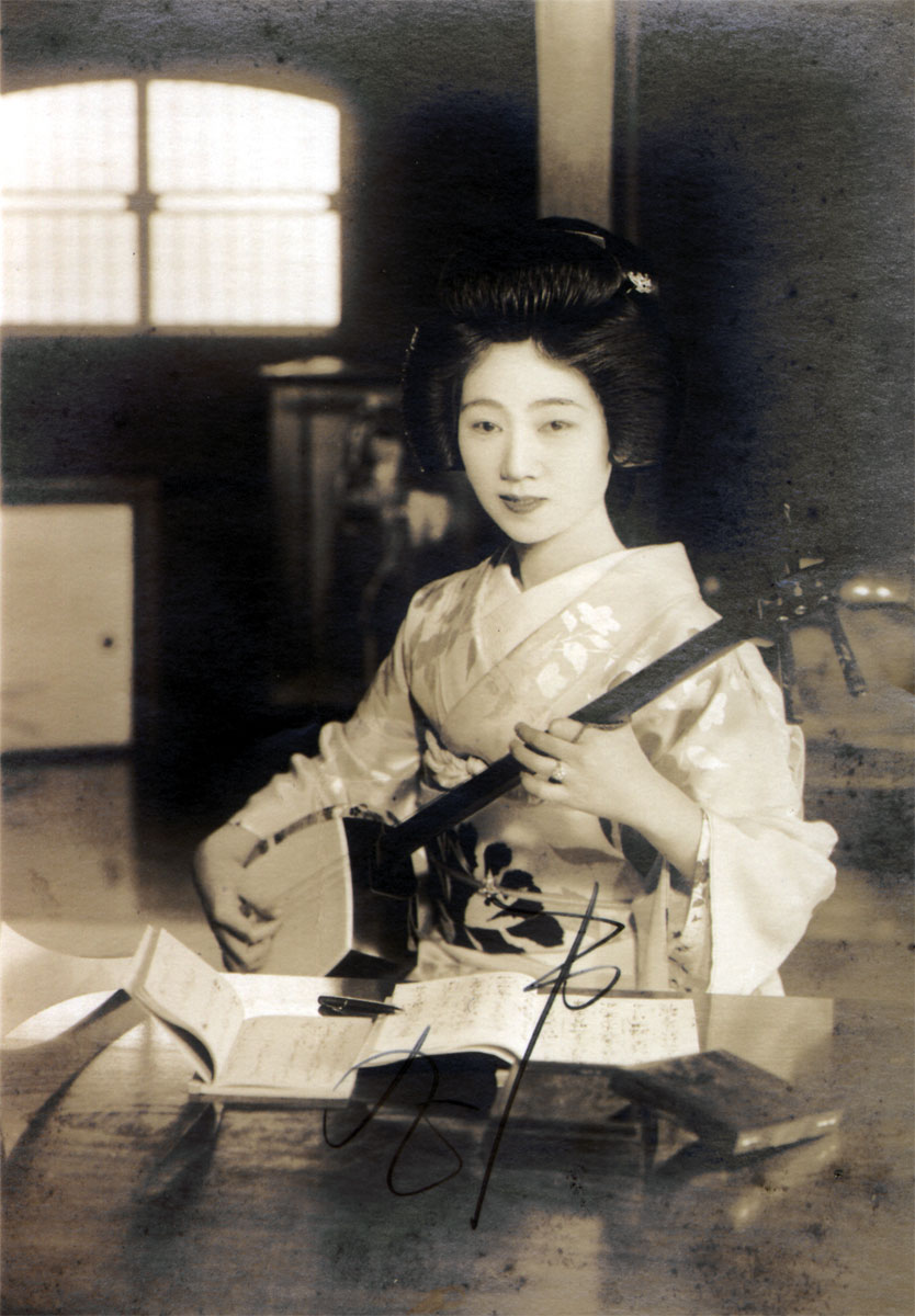 Young Ichimaru playing shamisen Young Ichimaru playing shamisen, b&w photograph. Photo courtesy: Art Gallery of Greater Victoria.
